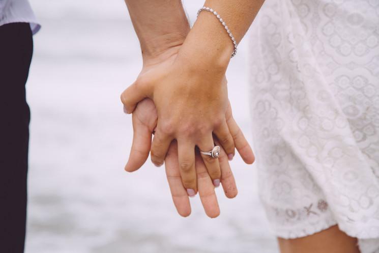 Pareja comprometida cogidos de la mano