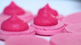 Розовые миндальные печенья