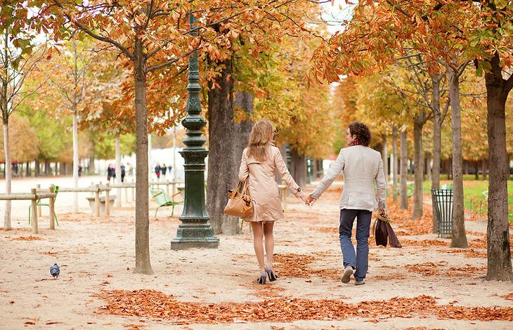 Couple marchant dans un parc en automne