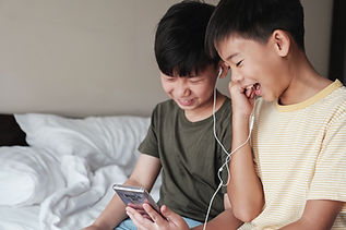 音楽を聴く少年たち