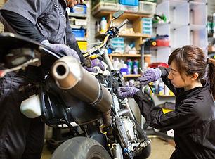 Žena, oprava motocyklu