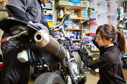 Kadın bir motosiklet tamir