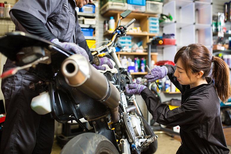 バイクを修理する女性