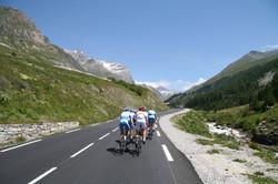 Cyclistes sur une route montagneuse