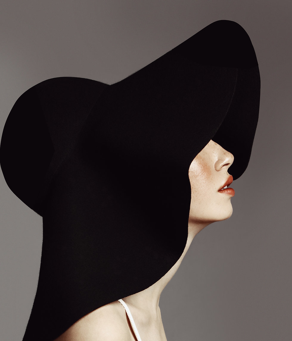 帽子を持つエレガントな女性