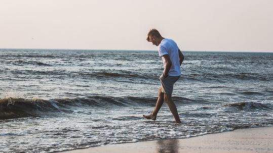 Homme sur la rive