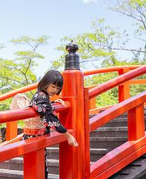 Niño en puente