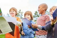 Enfants jouant à la chasse au trésor