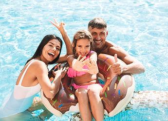 belle piscine neuve avec famille l'été qui jouent. Desjoyaux institut de la piscine
