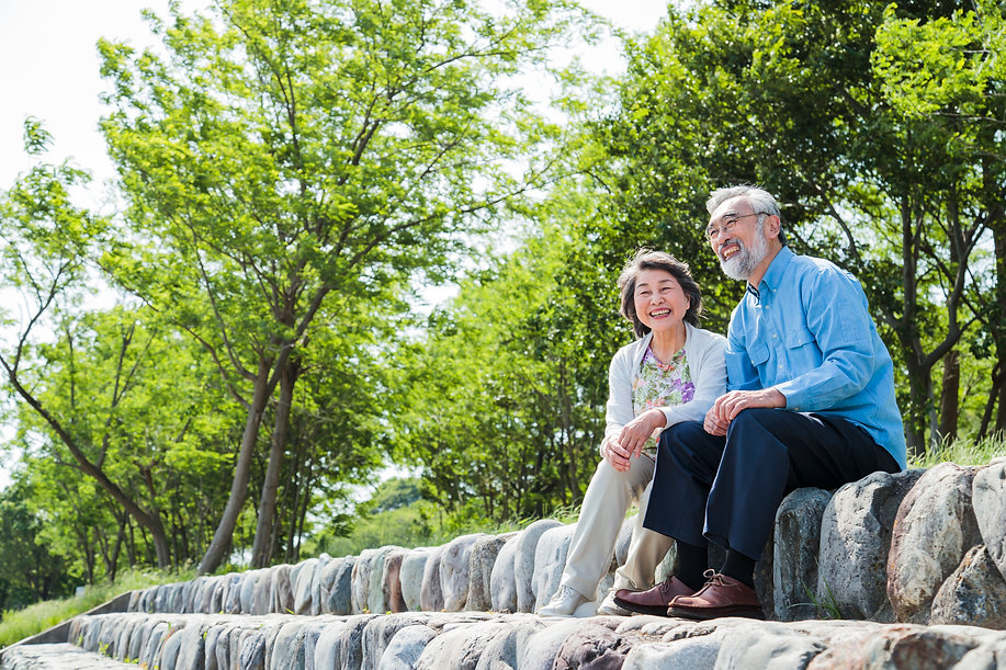散歩中に休憩するシニアカップルと広島市民葬儀