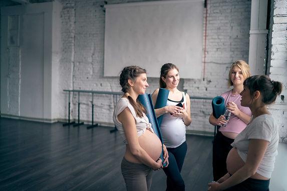 ヨガのクラスの妊婦