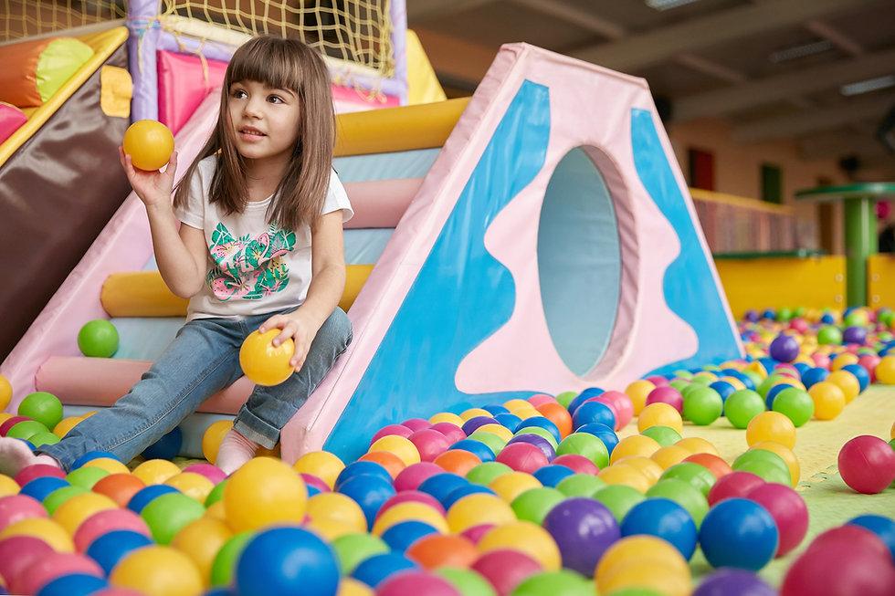 Topları ile oynayan kız
