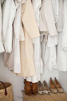 Crème et vêtements blancs