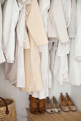 クリームと白の服