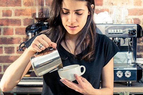 Barista serviert Kaffee