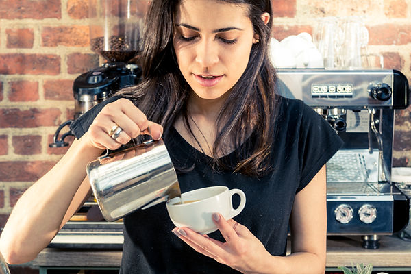 Barista servindo café