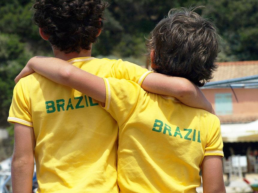 Meninos com camiseta de futebol