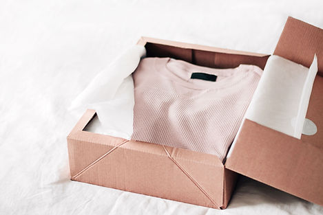 Una camicia in una scatola
