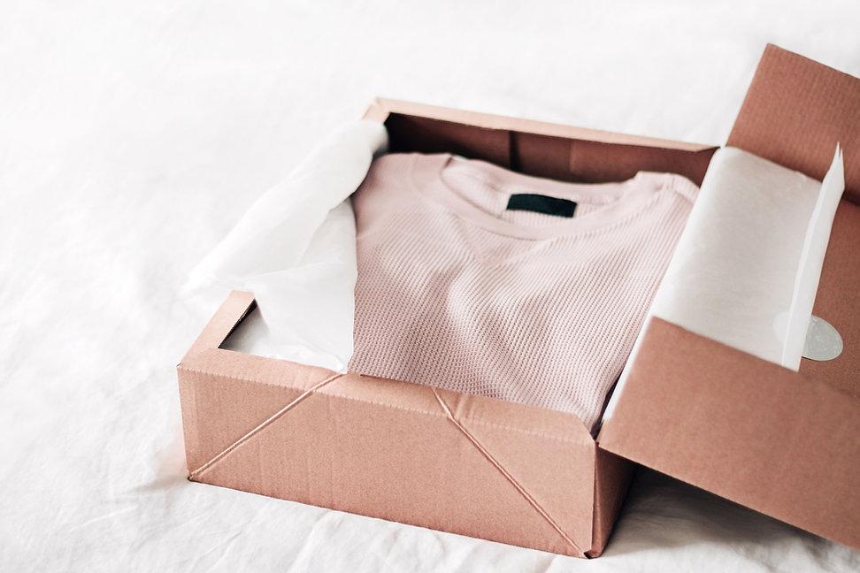 Uma camisa em uma caixa