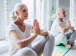 Senior koppel doet yoga