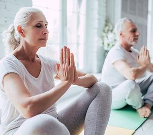 Coppia senior facendo yoga
