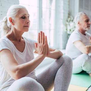 Altes Paar macht Yoga