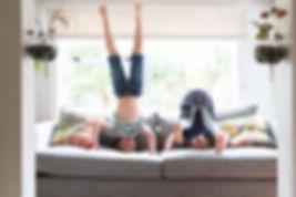 Crianças brincando no sofá