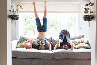 Дети играют на диване