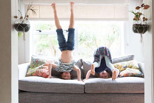 Enfants jouant sur le canapé