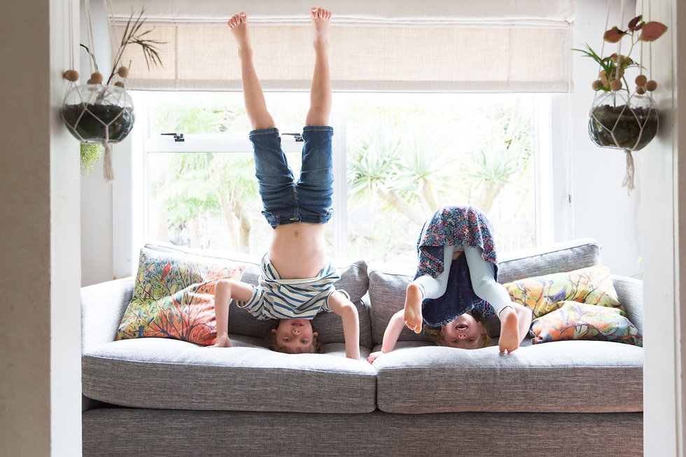 Niños jugando en el sofá