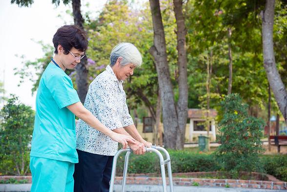 歩行器で歩くシニア患者