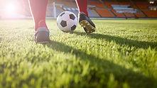 Grać w piłkę nożną