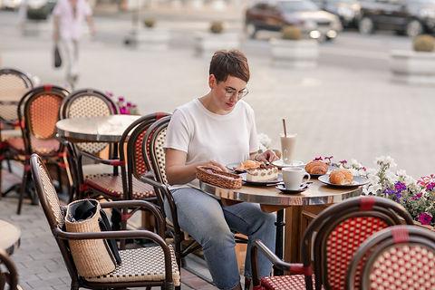 Goûter en terasse d'un café parisien