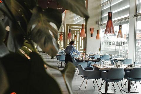 Apparecchiare i tavoli in un ristorante