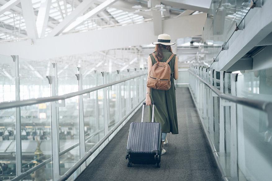 Reisender zu Fuß im Flughafen