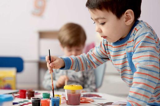 Junge im Kunstunterricht