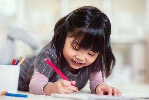 色鉛筆を持つ少女