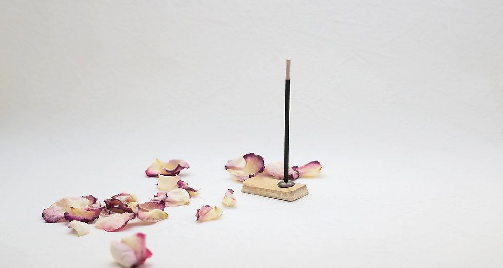 線香と花びら
