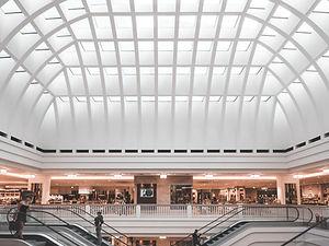 Eslcalators dans un centre commercial