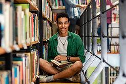 Un joven en la biblioteca