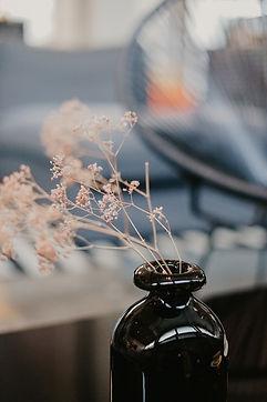 Vase à fleurs noires