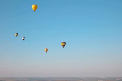 Heißluftballons tanzen am Himmel über den Stausee in Losheim, www.fewo-dewes.com
