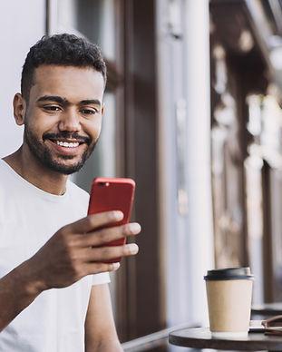 Glimlachende man met een smartphone
