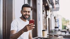 Homem sorrindo com o celular