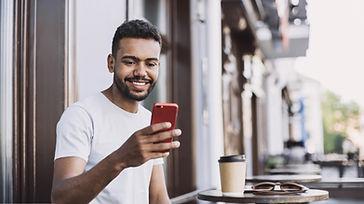 Homme souriant avec un smartphone