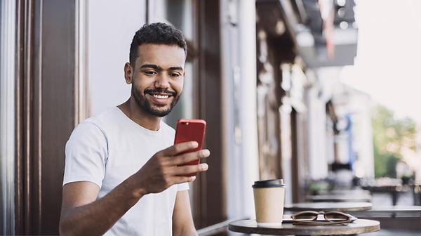 Hombre sonriente con un teléfono intelig