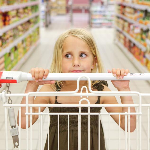 Liten flicka på livsmedelsbutiken