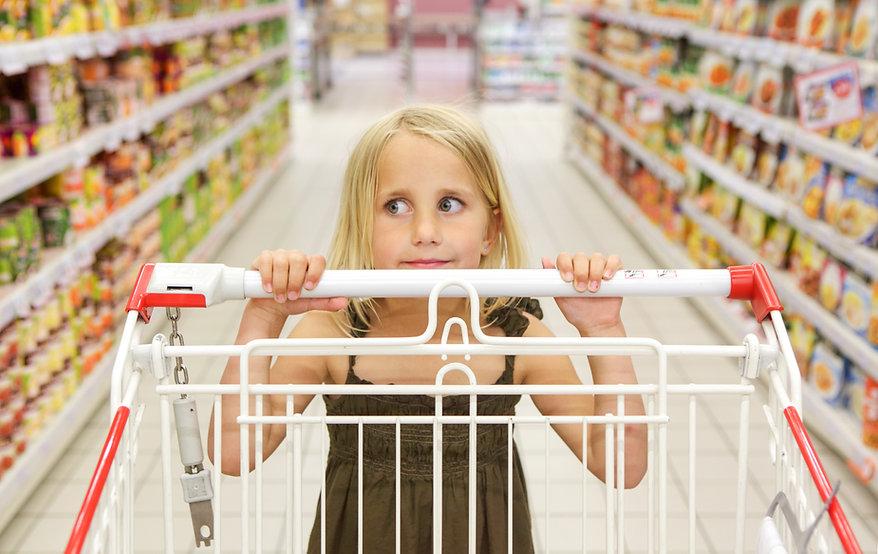 Kleines Mädchen im Lebensmittelgeschäft