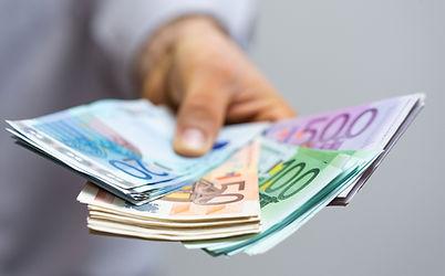 Pakete für Geltendmachungen - Sepa Collect Inkasso - Bild: Hand mit Geldscheinen