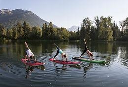 SUP Yoga Trio au bord du lac